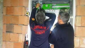 Asansörde mahsur kalan genç kurtarıldı