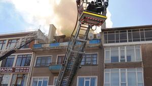 Kütahyada çatısında yangın çıkan binadaki 4 kişi kurtarıldı