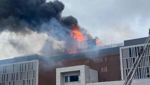 Otel çatısında çıkan yangın paniğe neden oldu