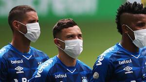 Corona virüsü protesto ettiler Maske ile maça çıktılar...