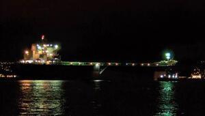 İstanbul Boğazı'nda dümeni kitlenen gemi kıyıya çekiliyor