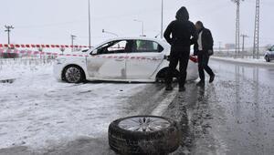 Kar küreme aracı ile otomobil çarpıştı: 2 yaralı
