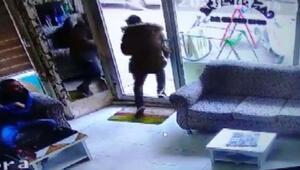 Cam kapıyı fark etmeyip kırarak dışarı çıktı, çok temizdi dedi