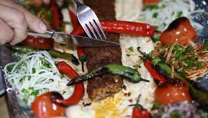Farklı sunumuyla damak çatlatan bir lezzet: Metrelik Adana kebabı