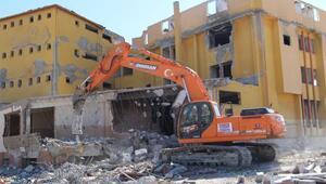 FETÖye ait metruk bina yıkılıyor