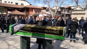 Cenaze namazını birer metre mesafeyle saf tutarak kıldılar