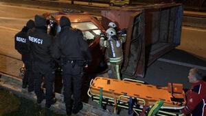 Otomobilin çarptığı kamyon devrildi: 2 ağır yaralı