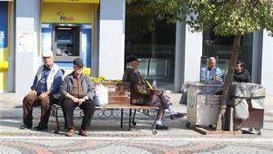 Banklar tel ile çevrilip, 'Evinde kal Edirne, şansını zorlama' yazısı asıldı