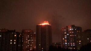Beylikdüzünde 14 katlı binanın çatısı alev alev yandı