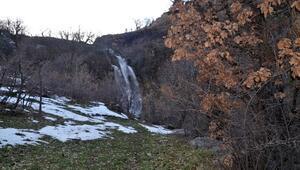 Kar sularıyla beslenen dev şelale görenleri hayran bırakıyor