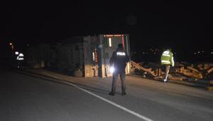 Devrilen kamyondan yara almadan kurtuldu