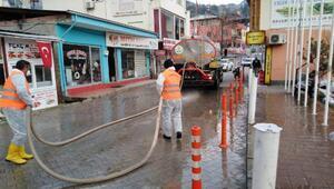 Fekede caddelerilaçlı su ile yıkadı