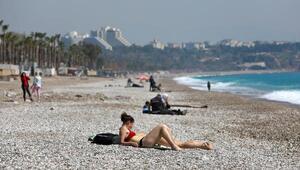 Antalyalılar evde kal çağrısına uydu, turistler denize girdi