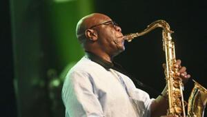 Efsane saksofon sanatçısı Emmanuel NDjoke Dibango, corona virüs nedeniyle hayatını kaybetti