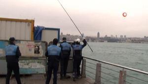Bariyerlerin arkasına saklanıp balık tutmak isteyen kişiyi zabıta yakaladı