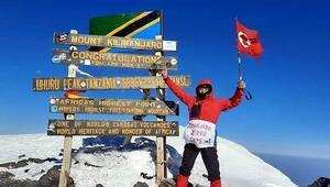 71 yaşında Afrikanın en yüksek dağı Kilimanjaronun zirvesine Türk bayrağını dikti