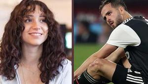 Dünyaca ünlü futbolcu canlı yayınına katılıp mesaj atmıştı Zeynep Bastık ilginç olayı anlattı