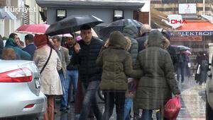 Diyarbakırlılar yağmura ve evde kal çağrılarına rağmen sokaklara çıktı