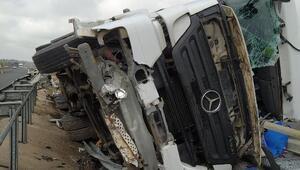Viranşehir'de devrilen TIR sürücü ağır yaralandı