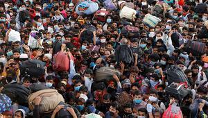Hindistanda binlerce kişinin terminalde bir arada beklemesi endişeye yol açtı
