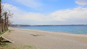 Dünyaca ünlü Konyaaltı Sahili boş kaldı