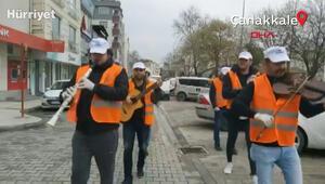 Evde kalan vatandaşlara sokakta moral konseri