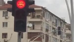 Tokatta trafik ışıklarına evde kal yazısı yerleştirildi