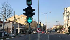 Trafik lambalarında Evde Kal mesajı