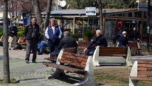 Avcılarda parktaki dezenfekte biter bitmez oturmaya devam ettiler