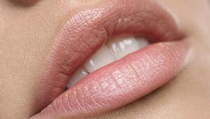 Göz alıcı dudaklar için ev yapımı kolay dudak peelingi tarifleri