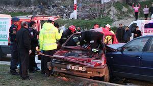 Denizlide iki otomobil çarpıştı: 1 ölü, 2 yaralı