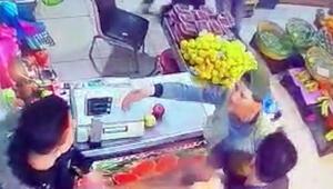"""Esenyurt'ta manav dükkanında tekme tokat """"hırsız"""" kavgası kamerada"""