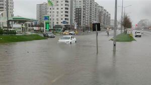 Diyarbakırda sular altında kalan araçlar çekici yardımıyla kurtarıldı