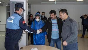 Büyükşehir zabıtası hastanelerde maske dağıttı