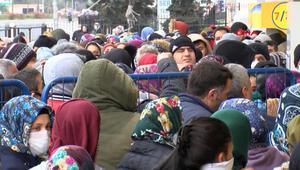 Esenyurtta PTT önünde yoğunluk; sosyal mesafe kuralına yine uyulmadı