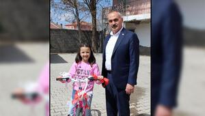 Fuat Oktay, kampanyaya bağış yapan Hilale bisiklet hediye etti