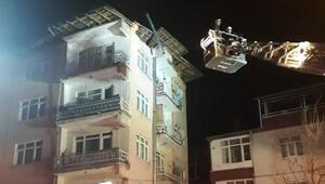 Elazığ depreminde hasar gören binanın çatısı çöktü