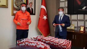 Gençlik merkezinde üretilen siperlik maskeler teslim edildi