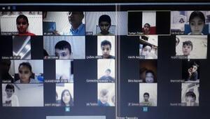 Öğrencilerine telekonferanstan eğitim veriyor