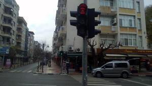 Trafik ışıklarına Evde Kal mesajı