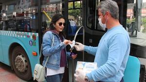 Antalyada toplu taşımayı kullananlara ücretsiz maske dağıtılıyor
