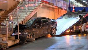 Avcılarda otomobil AVMnin merdivenleri altına girdi, 2si ağır 3 yaralı