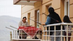 Balkondan balkona sosyalleşiyorlar