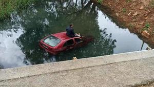 Otomobil dereye uçtu, araç üzerindeki sürücü zodyak botla kurtarıldı