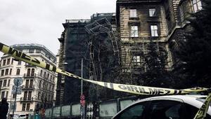 İstanbulda şiddetli rüzgar nedeniyle okulun inşaat iskelesi çöktü