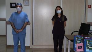 2 hemşire corona virüsü yenerek alkışlarla göreve döndü
