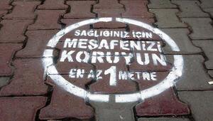 Erciş'te sosyal mesafeyi korumak için zemin çıkartmaları yapıştırıldı