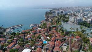 Antalyada Cumhuriyet Meydanında koronavirüs ıssızlığı