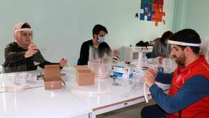 Gönüllülerden siperlikli maske üretimi