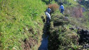 Alanyada sulama kanallarını temizliyor